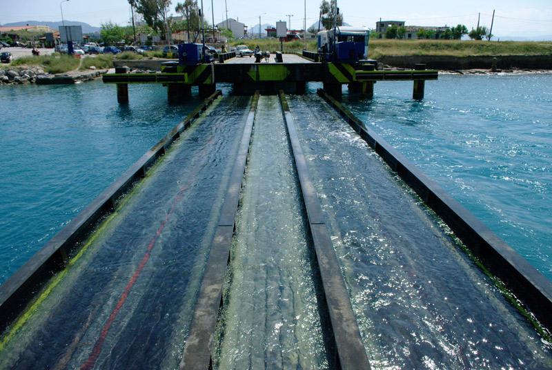 Коринфский канал. Мост поднимается.