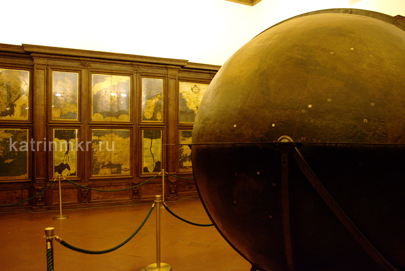 Палаццо Веккьо. Глобус и старинные карты в Зале географических карт.
