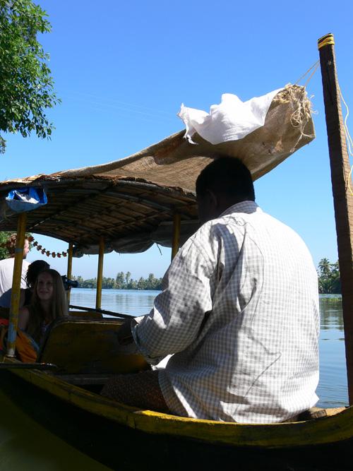 Путешествие на маленькой лодке по внутренним водам Кералы.