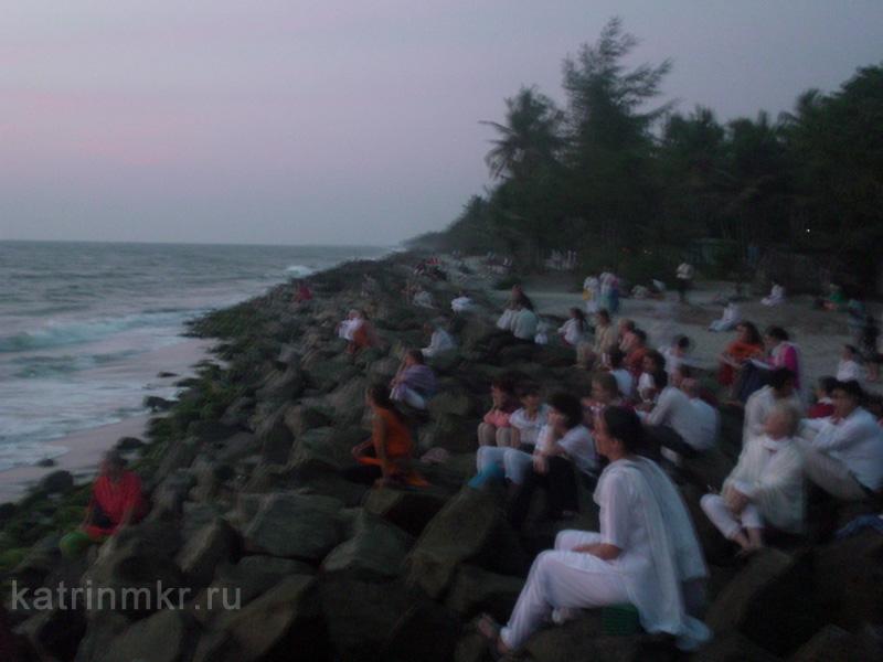 Люди после заката  на пляже около ашрама Аммы Амританандамаи.