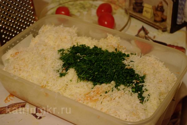 Тертый сыр, морковь и зелень.