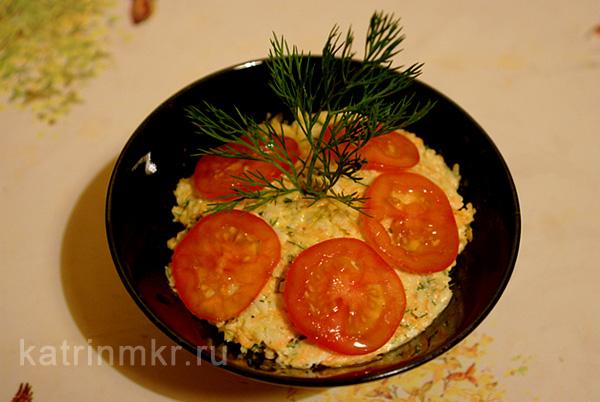 Сырный салат с морковью и оливками.