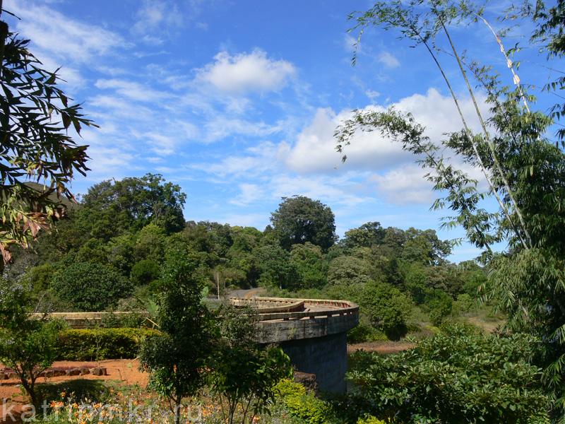 Национальный парк Перияр. Сад возле главного корпуса.