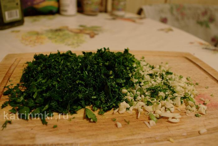 Приготовление вегетарианского борща. Нарезка зелени и чеснока.