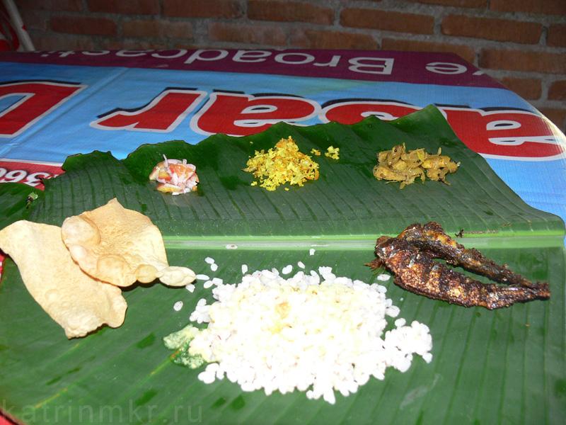 Рыбное Тали - крупный рис ( из Кералы), жареные рыбки (типа барабулек), бананы жареные с луком, тушеная капуста с кари и помидоры с луком