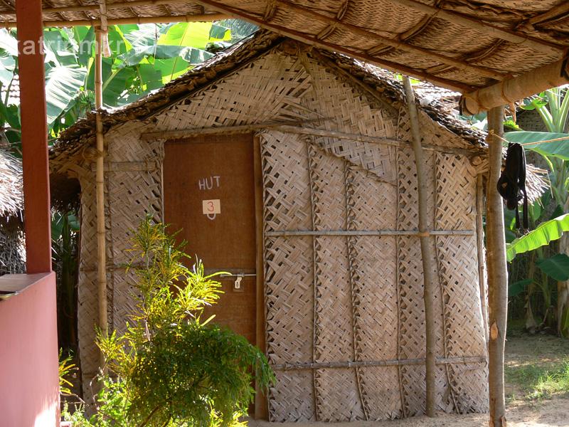 Самое популярное жилье на Kudle beach. Внутри только кровать и сетка от насекомых. Пол - пляжный песок.