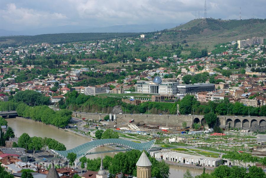 Тбилиси. Мост мира и президентский дворец.