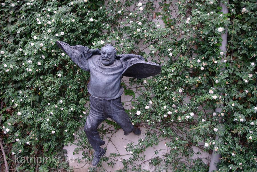 Памятник грузинскому кинематографу в лице Георгия Параджанова.