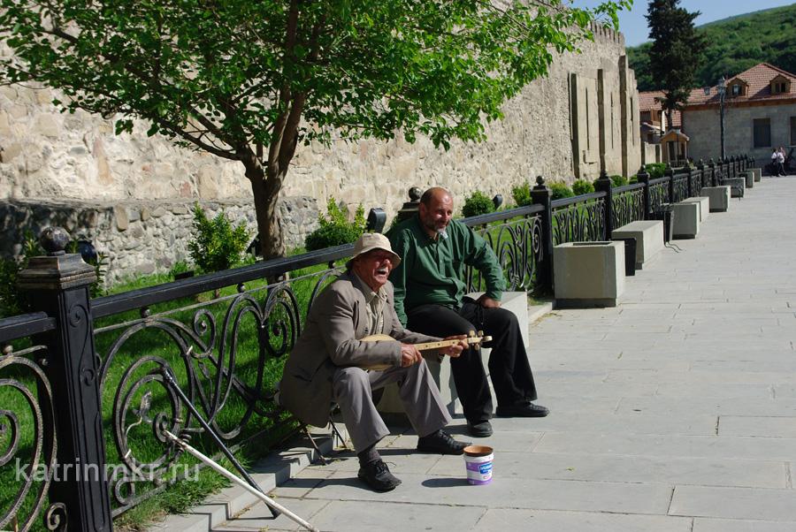 Мцхета. Музыкант поет при выходе из Светицховели.