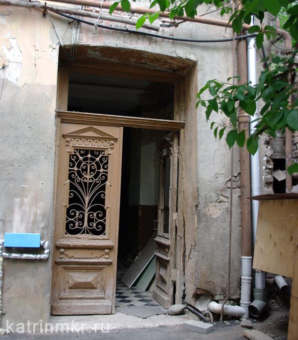 Тбилиси. Дворы бывшего проспекта Плеханова. Старый подъезд.