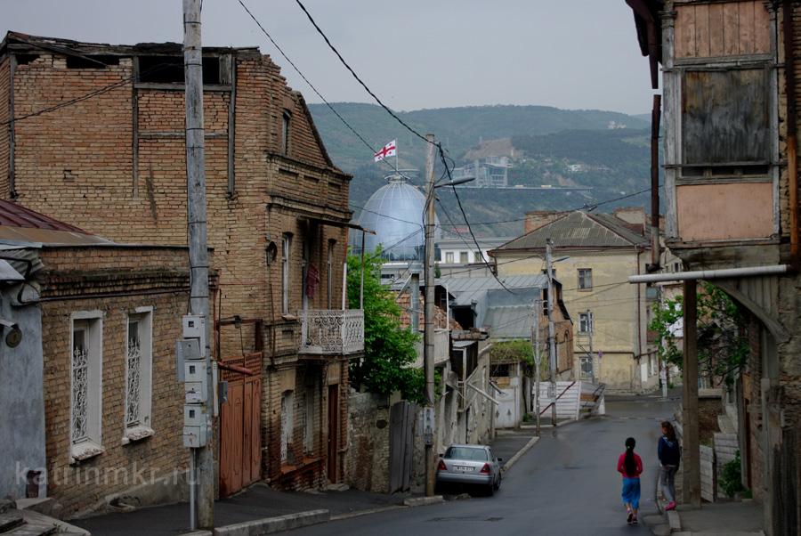 Тбилиси. Авлабар. Виднеется купол Президентского дворца.