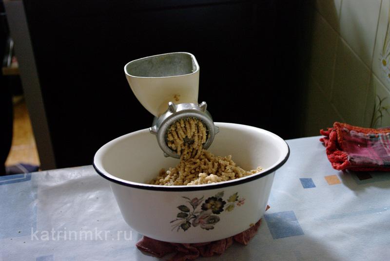 Пхали из капусты. Орехи помолоть с чесноком.