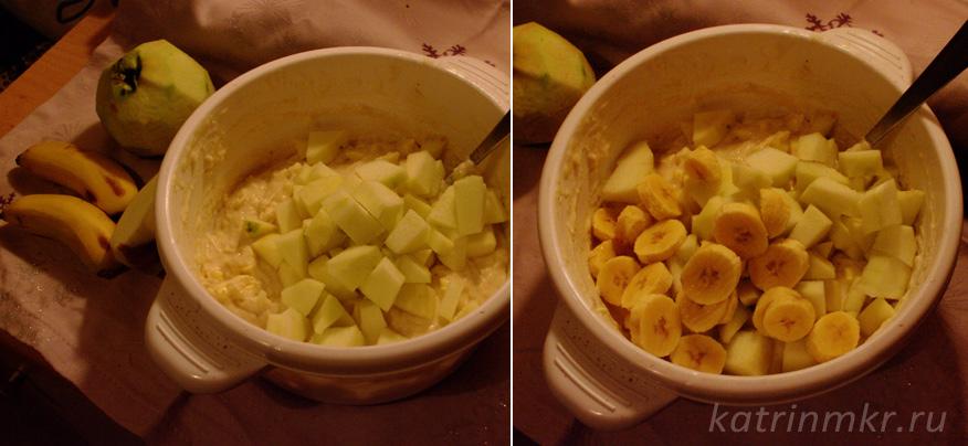 В тесто добавляем бананы и яблоки.